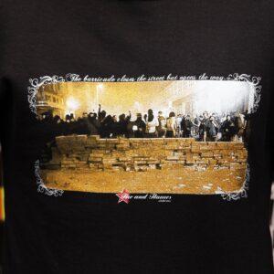 """Barricades"" Tailliertes Shirt"